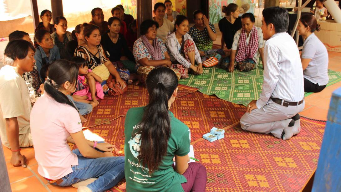 Voluntarios en un taller de capacitación para emprendedoras en Camboya.